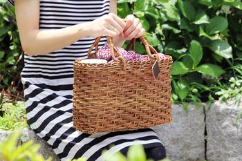あけびのかごバッグは、使い込んだような深みのある風合いが魅力。表情の異なる数種類の編み方には、自然素材の美しさが表れています。