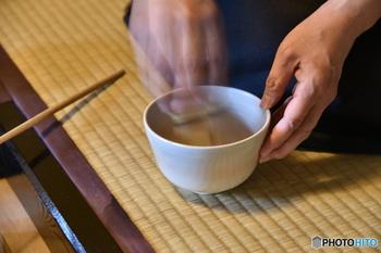 茶筅を使う時は、茶碗の底にあたらないように少し上げた状態で、「川」の字を書くように前後に動かします。きれいに泡が立ったら出来上がりです。