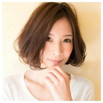 女性なら誰もが憧れる「小顔」。顔の骨格や大きさは変えることが難しくても、髪型を工夫すれば小顔効果が期待できます。