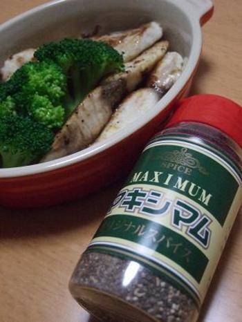"""""""マキシマム""""とは、宮崎県にある精肉店、中村食肉さんが作ったオリジナル商品。地元では""""魔法のスパイス""""と呼ばれるほど旨みが凝縮され、何にでも合う万能調味料。ピリッとした辛味の中に甘味もあります。お肉はもちろん、パスタやサラダ、オムレツなど幅広いお料理に使える優れものです。"""