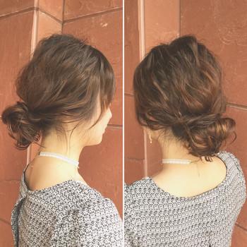 うねりやクセを活かすなら、低めの位置でまとめたシニヨンヘアはいかがでしょう? ルーズ感が大人っぽいまとめ髪です。