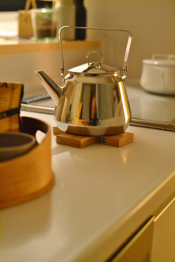 朝のコーヒーに、家事の合間のホッとひと息ティータイム。毎日何度も使うやかんも、妥協しないでこだわりのものをセレクトしたい。オシャレでたっぷり沸かせるもの、経年変化を楽しみながら長く使えるものがいいですよね。いつも出しっぱなしにしていることが多いやかんだからこそ、キッチンにお気に入りがいるだけで、きっと楽しくなるはずです。  そこで、キナリノおすすめの素敵なやかんをご紹介します♪