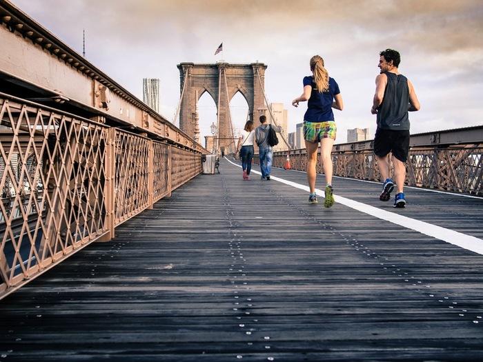 もっとも気軽に始めやすいのが、ランニング。時間や距離を気にせず、ますは軽く走るところから始めてみましょう。走る前に入念にストレッチを行ってウォーミングアップ。ゆっくりとしたペースでランニングしてみて下さい。