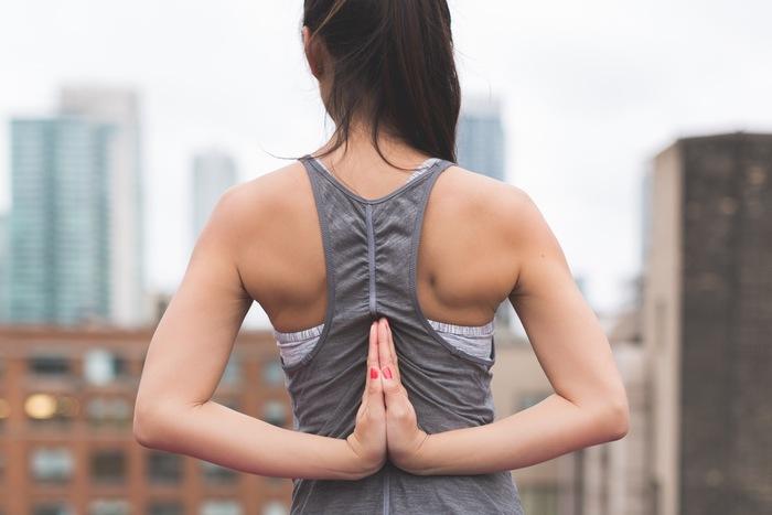 ヨガも始めやすいスポーツのひとつ。デスクワークで凝り固まってしまった肩や首など、ゆっくりとほぐすことができます。