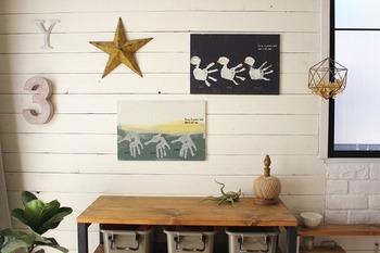 お部屋の壁に飾ってもとってもおしゃれ!子どもの成長記録が素敵なアートとして活かされています。