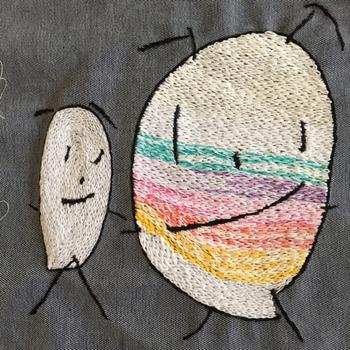お絵描きから生み出された可愛いキャラクターたちを刺繍に残すのもいいですね。通園バッグなどに使えば、お子さんも喜ぶワンポイントに。