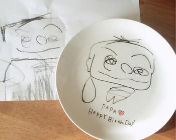 一生懸命描いてくれた似顔絵はこんなお皿にも。紙のように色褪せたりしないので、綺麗なまま大切に飾ることができます。