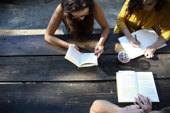 取得していると、高校・大学入試、採用試験で優遇をされることも。4級までは筆記試験のみですが、3級以上になると面接試験があるのでスピーキング力も証明できます。
