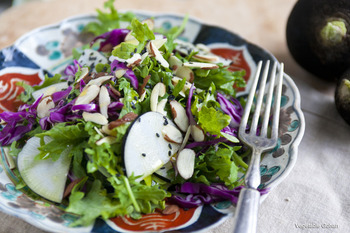 ケールと同じく栄養価の高い紫キャベツを使ったコントラストが美しいパワーサラダ。アーモンドやおろし生姜もプラスして、とことん健康的に!