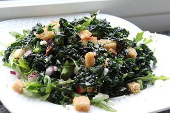 ケールとルッコラの苦味コンビが大人向けなサラダです。リンゴやクルミ、アガベ・シロップを加えることで、まろやかで食べやすくなります。