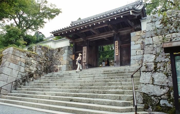 高い石垣と白壁で城門のような立派な風貌をした御殿門は、幽玄閑寂とした雰囲気が漂う三千院伽藍への誘導口です。