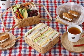 軽くて丈夫な竹のお弁当箱をピクニックのお供にしてみてはいかがでしょうか?洋風のお弁当箱も白い竹の素材に良く映えます。長く使っていくと飴色に変化するのも楽しみの一つです。  丈夫な素材なので、長く使える点も嬉しいですね。家族の思い出と一緒に竹のお弁当箱を使うのもステキです。