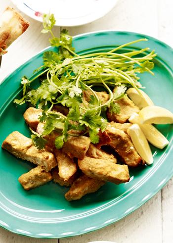 ヨーグルトと香辛料などを混ぜ込んだものに、かじきを一晩漬け込み、オーブンでこんがり焼くだけ。香草やレモンをプラスして、爽やかな魚料理を楽しみましょう。