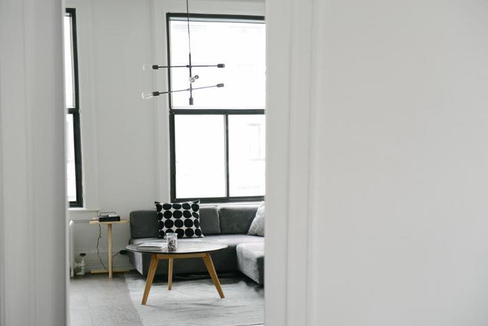 ミニマルなモノトーンのジオメトリックデザインはどんな空間にも合わせやすく、シンプルな空間をスタイリッシュに演出してくれます。