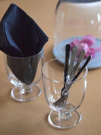 いつもの食卓で使うカトラリー、ナプキンもグラスに入れてテーブルに置いておきましょう。サッと取れて、見た目もおしゃれなので、いつもの食事ももっと楽しくなるはず。