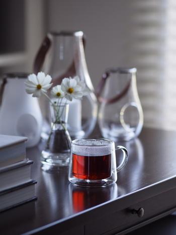 ガラス製品はドリンクを入れるときだけでなく、インテリアとしても優秀です。 ご紹介したように、スイーツや植物を飾るなど、シンプル美を活かしてお部屋のインテリアとしても楽しんでみてください。