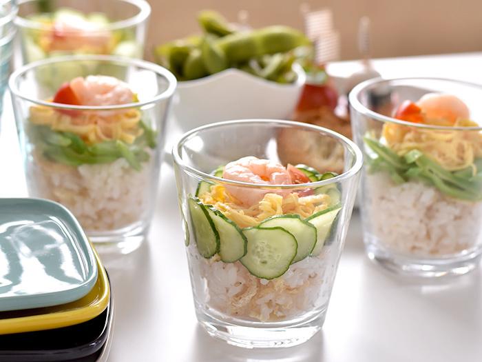 スイーツに限らず、華やかなちらし寿司やサラダもガラス製品と相性が良いです。