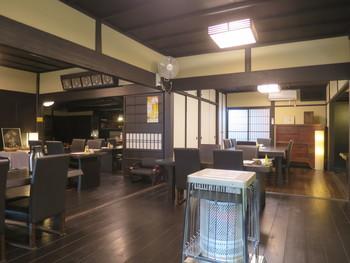 かつては大原郷土資料館として使われていた建物を古民家風に改装した店内は、広々とした居心地の良い空間となっています。