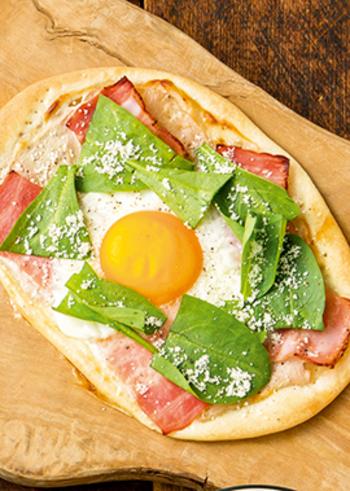 生地とソースに水きりヨーグルトを使ったピザは、びっくりするほど、しっとりもちもち!とけるチーズの代わりに、水切りヨーグルトソースと粉チーズでヘルシーに仕上げています。