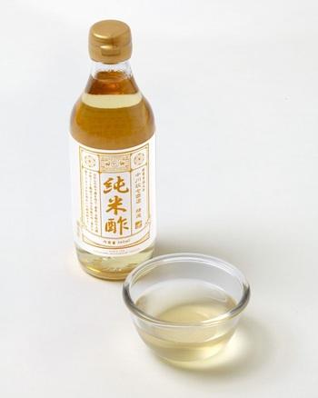 """さしすせその""""す""""は言葉通り、酢のこと。酢の物やマリネ、ドレッシングなど、酸味のあるお料理に使います。ほかにも中華料理の味の引き締め役としても大活躍してくれたり、自作のマヨネーズ作りにも重宝します。 酢には穀物酢や米酢、ワインビネガーなど種類があり、原料も様々なのですが、一般的には穀物酢が万能なのでおすすめですよ。"""