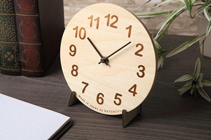 置時計にも掛け時計にもなるデザイン。木と数字の焼き印の優しい感じがナチュラルな雰囲気のお部屋にぴったりです。