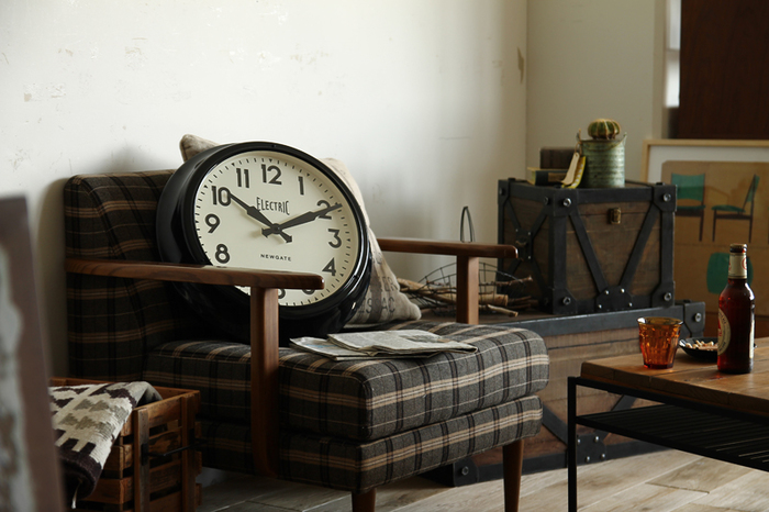 ヴィンテージ感漂う時計。掛け時計としてももちろん、ソファに飾っておくのもおしゃれです。