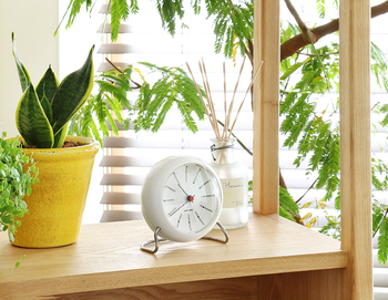 北欧の巨匠アルネ・ヤコブセンさんのデザインを復刻した置時計。時間が、白い四角と黒い四角で表現されているのが特徴的です。