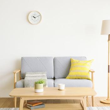 部屋の雰囲気を少し変えてみたいのであれば、時計が良いアクセントになります。 シンプルなものでも、ものによっては文字の配置やバランスなどよく考えられたものもあり、似ているようで違うこともあるので、部屋とのバランスを考えながら探してみると良いかもしれません。