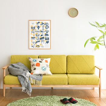 カラーものの時計も、フェミニンなカラーと取り入れれば、主張し過ぎないちょうどよい部屋のインテリアになります。