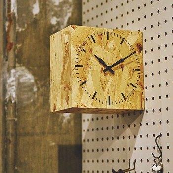 コルク調のナチュラルな雰囲気が個性的。置時計としても掛け時計としても使えます。キッチンにも置いておきたいデザインですね。