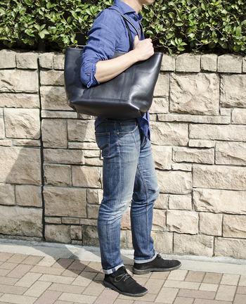 映画「scoop!」にも使用されたトートバッグ。 天然のシボやシワなど野性味あふれるイタリアンレザーと水牛の角を留め具に使った、ワイルドなトートバッグです。
