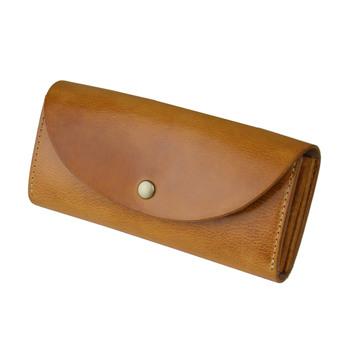 カードポケットが12枚あるフラップ付きの長財布です。 12枚分もの沢山のカードポケットに、大容量の小銭入れ。お札もたくさん入ります。 革はイタリア製ミッスーリを使用。