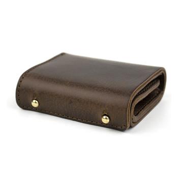 2つの真鍮のギボシがアクセントのミニ財布です。 小さい中に最低限の収納を詰め込みました。 ボックスマチの小銭入れ、2枚のカード収納、札入れが付いています。