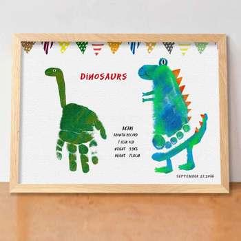 こちらは男の子が喜びそうな恐竜のイラストに。手形と足形が絶妙なデザインに仕上がっています。