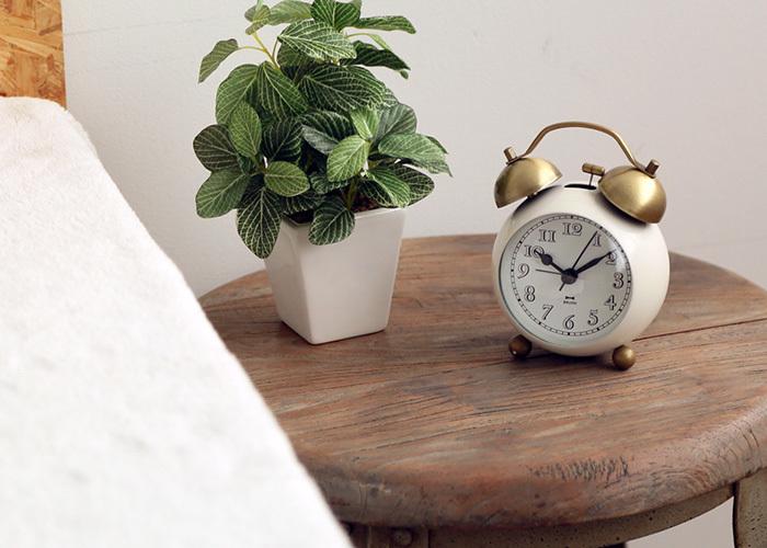 昔懐かしデザインの置時計。もちろん目覚まし時計としても使えます。