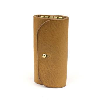 4つの鍵を取り付けられる、シンプルなキーケースです。 真鍮のギボシがワンポイントで、とてもスムーズに開け閉めができます。