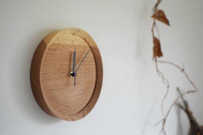 あえて虫食いの木を素材に使った時計。虫食いなので、一点一点異なり、味があります。強調し過ぎず部屋に馴染むデザインながらも、個性的な雰囲気を楽しめるのが良いですね。時計と合わせて、木目調のインテリアを揃えると、より雰囲気のある部屋になります。