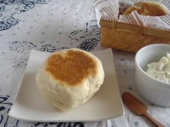 食べたいと思ったらすぐにできちゃう、お手軽なヨーグルトパンのレシピ。生地をこねて、フライパンで片面10分ずつ焼けば完成!さらに、水切りヨーグルトを塗って食べるとヘルシーです。