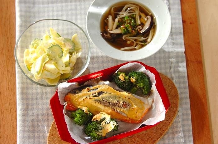 いつも単調な味付けになりがちな鮭を、ヨーグルトと味噌のたれに漬け込んでアレンジ。グリルで焼くときは、焦がさないように気をつけて。使う味噌によって風味が変わるので、自分好みのお味を探してみてください。