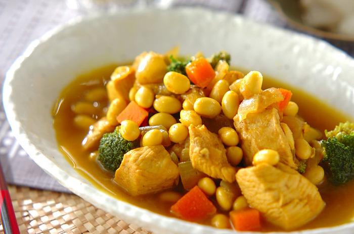お肉や野菜、大豆を一緒に摂れるので、栄養も満点です☆ご飯やパンのお供としてだけでなく、スープ感覚で食べることもできます。カレー粉の香りが、食欲をそそりますね♪