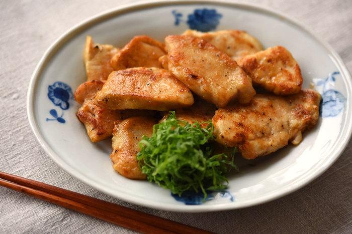 鶏むね肉のソテーも、覚えておきたい定番レシピです。柔らかく仕上げるコツは、鶏肉の繊維を断つようにカットすること、下味でショウガのしぼり汁を加えること。大葉やショウガで味をつけていますので、醤油の量は控えめでOKです。