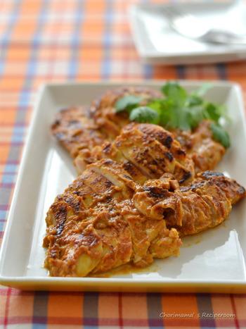 タンドリーチキンの作り方をマスターしておくと、ご飯だけでなくパンにも合うので、ランチや夜ごはんとしても重宝します。鶏むね肉に下味をつけて、フライパンで焼くだけの簡単レシピ。約20分で完成します。