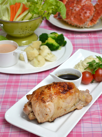鶏のむね肉2枚を使って作る、鶏まるごと風ローストチキン。白ワインをかけて蒸し焼きしているので、柔らかな食感に仕上がっています。薄くスライスして、パンに挟んで食べるのもおすすめ◎クリスマスやお誕生日などのイベント、パーティーにも使えるゴージャスなお料理です。