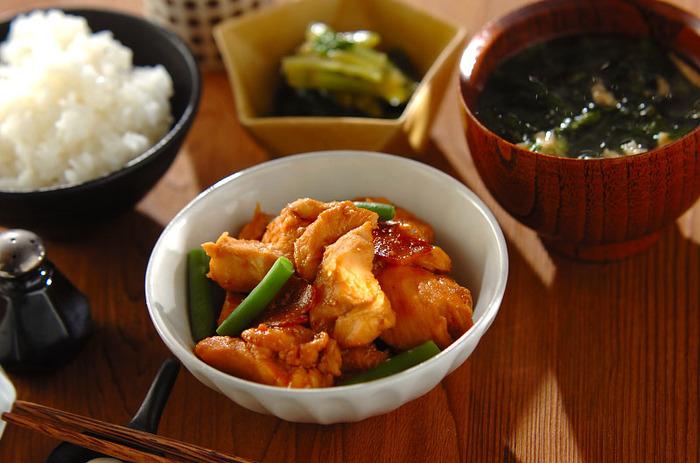 白ご飯との相性ピッタリ☆圧力鍋を使っていますので、鶏むね肉が柔らかく仕上がっています。薄切りにしたショウガを加えて、さらに柔らかに。サヤインゲンを添えて、彩りも美しい煮物の完成です♪