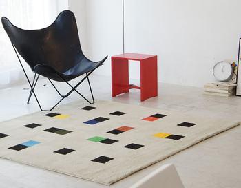 マックス・ビルの数学的思考によって作られたグラフィックアートを、彼の財団の監修のもと商品化したラグマット。建築家、デザイナー、画家とマルチに活躍し、ジオメトリックで抽象的な作品を数多く残しています。