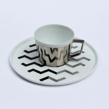 長崎の波佐見焼と岐阜の多治見の職人のコラボレーションで作られたモダンなカップ・ソーサー。側面が鏡面になっているカップは、ソーサーのジオメトリックな模様を映し、視覚的に面白い効果を生み出しています。