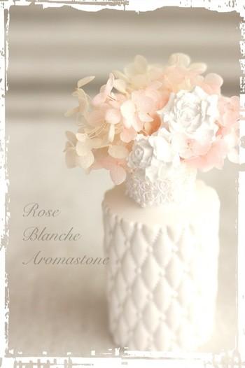 こちらは、アロマストーンのフラワーベース。パステルカラーのアーティシャルフラワーを飾って、見た目も香りも楽しめるインテリアアイテムに。