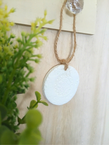 テラコッタのような素朴質感のアロマストーンに、麻紐を通して壁やドアノブにかけて。