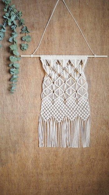 紐を編みながら幾何学模様を作るマクラメ編みで作った、ナチュラルな手作り感が魅力のタペストリー。