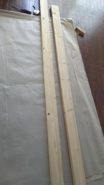 柱となる2×4木材を用意します。ディアウォールの公式な使い方では、天井高から45mmカットしたものを用意したほうがいいと記載されていますが、実際に使用した方々からは、40mmでカットしたもののほうがしっかりと固定されて安定感が増すという声が多く聞かれています。ちなみに2×4材とは、断面が38mm×89mm(2インチ×4インチ)の木材のことをいいます。ホームセンターやネット通販でも購入できます。